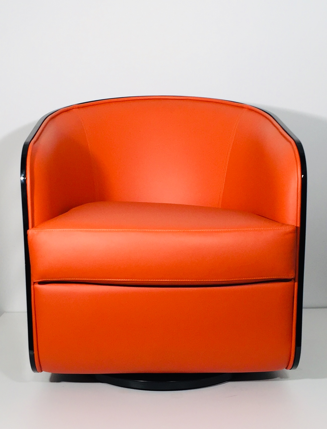 espace design bordeaux fauteuils pivotant cuir laqué