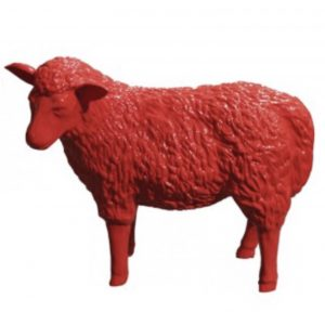mouton en résine rouge