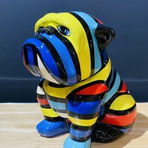bouledogue en résine personnalisé par des rayures multicolores