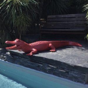 crocodile en fibre de verre monochrome
