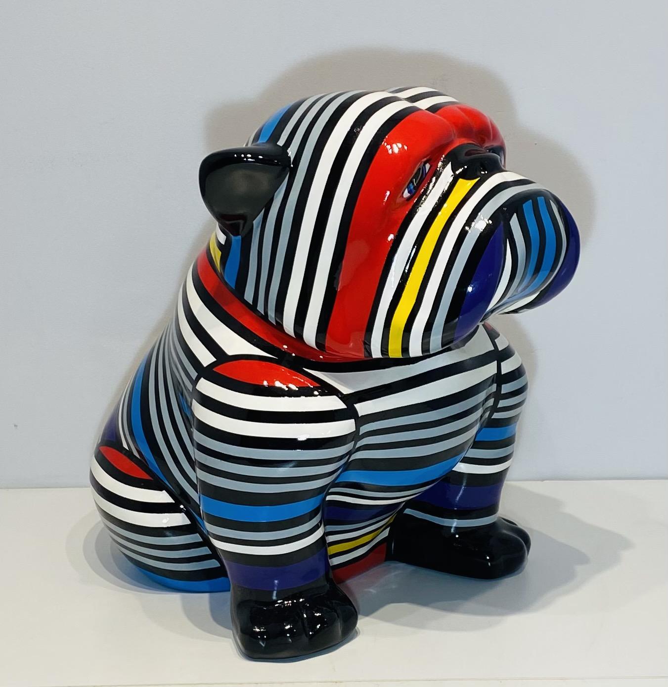 bouledogue assis en résine personnalisé par des rayures multicolores