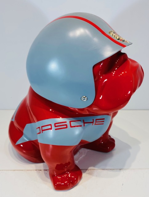bouledogue assis en résine personnalisé par une casque